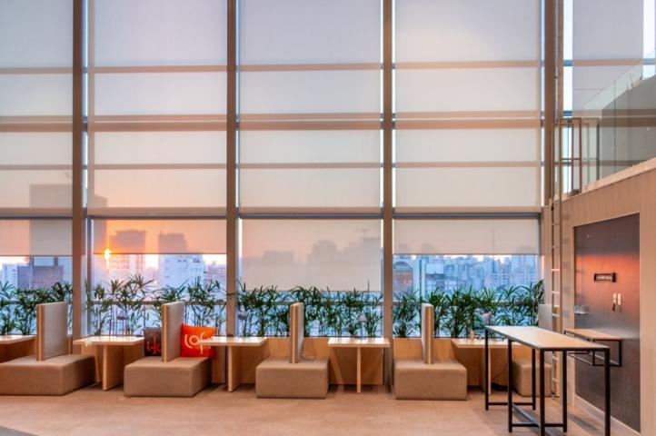 Escolha o modelo certo de cortina para ambientes com pé direito alto